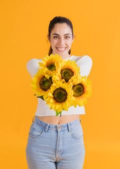 Gelukkige vrouw met zonnebloem boeket