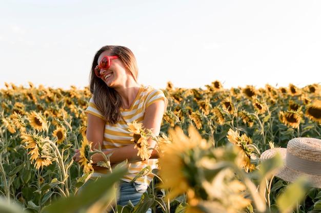 Gelukkige vrouw met zonnebril van hartvormen