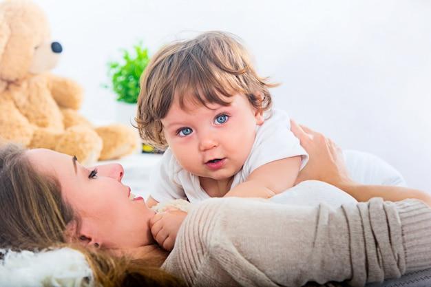 Gelukkige vrouw met zoon