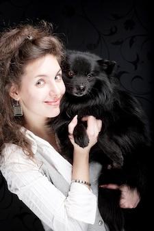 Gelukkige vrouw met zwarte hond