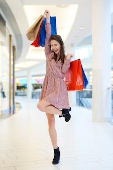Gelukkige vrouw na grote shopping spree