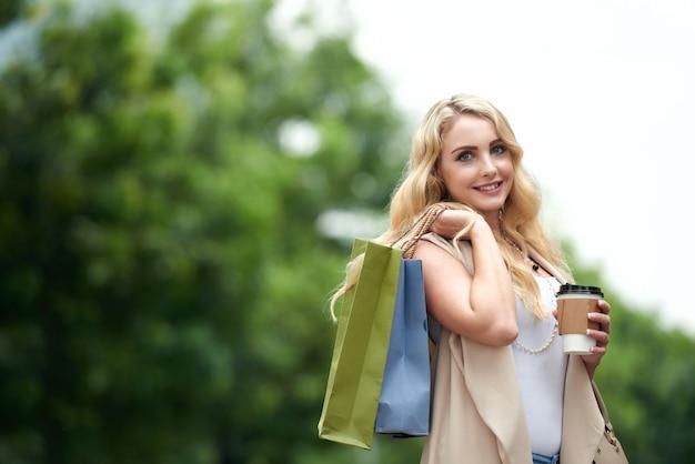 Gelukkige vrouw na het winkelen