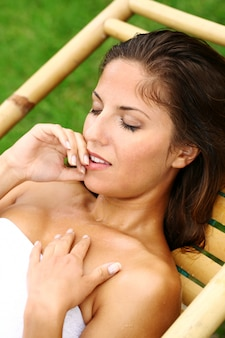Gelukkige vrouw ontspannen op de strandstoel