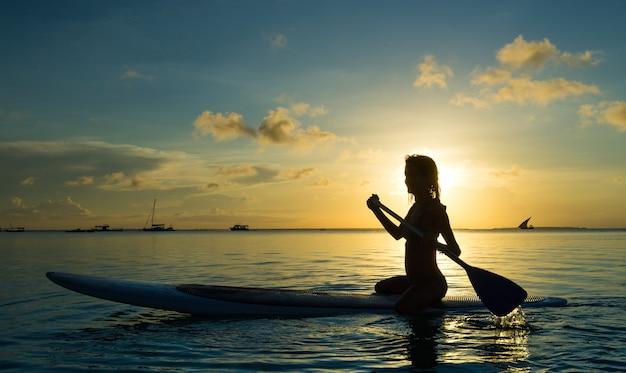 Gelukkige vrouw ontspant op strand