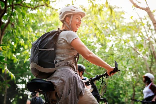 Gelukkige vrouw op haar fiets
