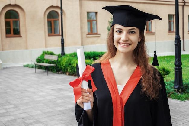 Gelukkige vrouw op haar universiteit van de graduatiedag. onderwijs en mensen