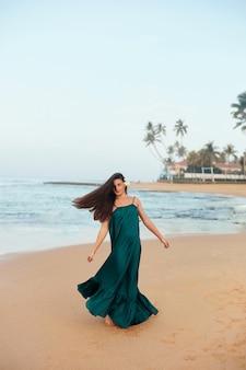 Gelukkige vrouw op het strand. ãƒâƒã'âƒãƒâ'ã'â ãƒâƒã'â'ãƒâ'ãlose-up portret van het mooie meisje. jong mooi meisje. jonge lachende vrouw buitenshuis portret.