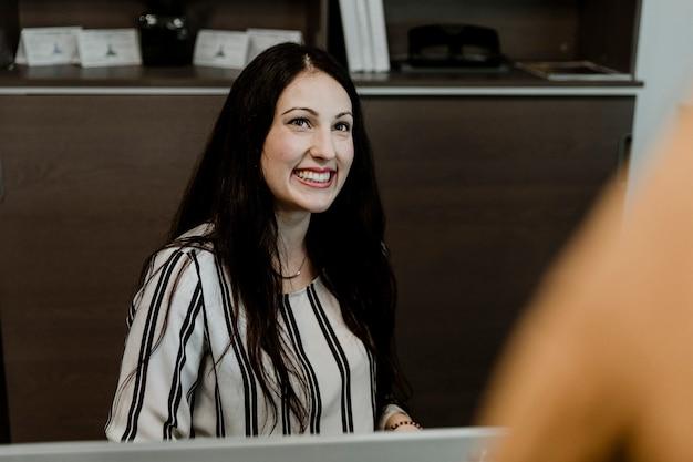 Gelukkige vrouw op kantoor