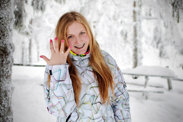 Gelukkige vrouw op sneeuw in de karpaten