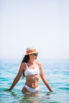 Gelukkige vrouw op turquoise water in de zee