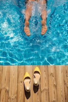 Gelukkige vrouw plezier op zomervakantie. meisje dat in zwembad springt.