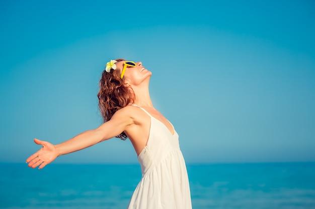 Gelukkige vrouw plezier op zomervakantie