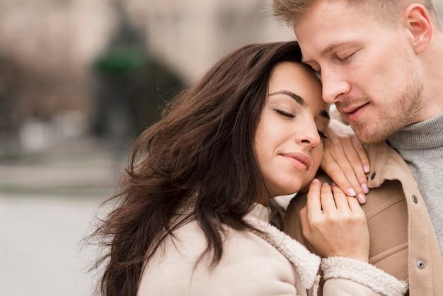 Gelukkige vrouw poseren met knappe man