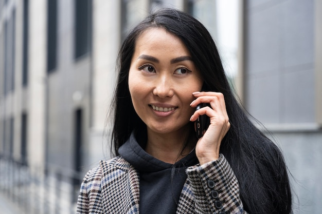 Gelukkige vrouw praten over de telefoon