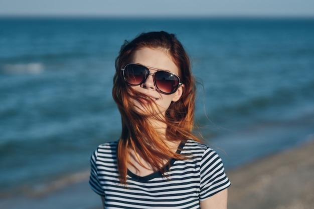 Gelukkige vrouw reist in de buurt van de zee op het strand en helder water