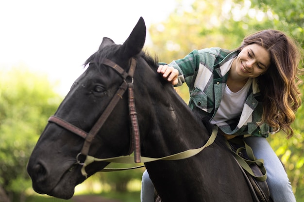 Gelukkige vrouw rijdt paard