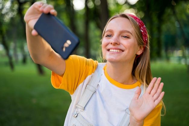 Gelukkige vrouw selfie te nemen buitenshuis
