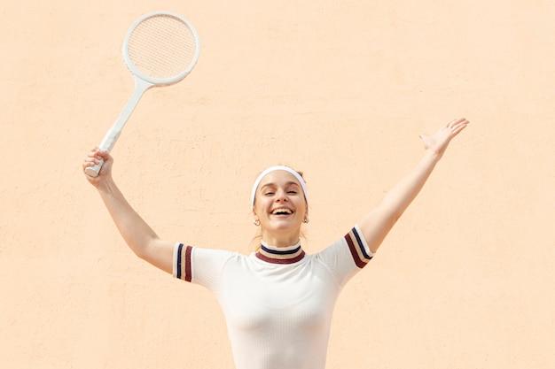 Gelukkige vrouw tennisspeler na wedstrijd