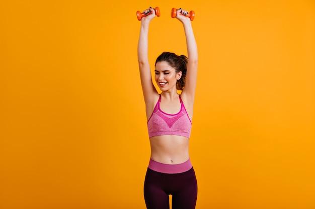 Gelukkige vrouw training met halters