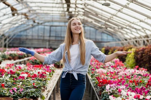 Gelukkige vrouw van de bloemen opgevoed