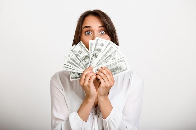 Gelukkige vrouw verdiende veel geld