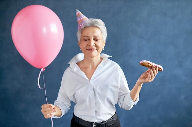 Gelukkige vrouw viert haar verjaardag.