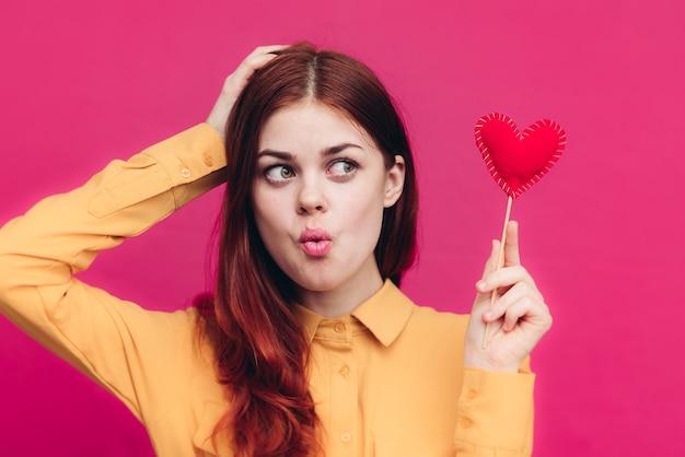 Gelukkige vrouw waait kus hart op stok liefde emotie. hoge kwaliteit foto