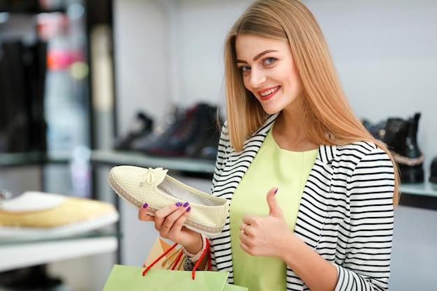 Gelukkige vrouw winkelen