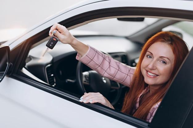 Gelukkige vrouwelijke chauffeur