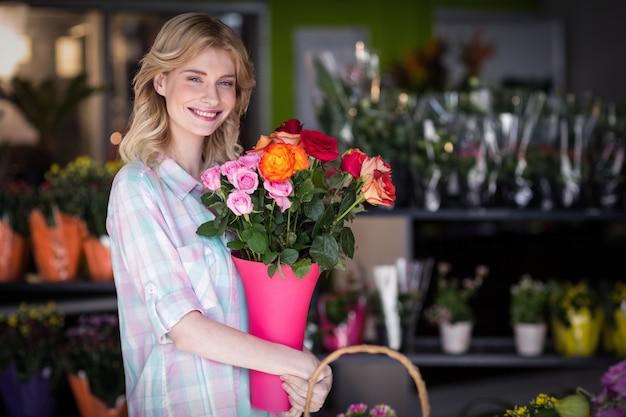 Gelukkige vrouwelijke de bloemenvaas van de bloemistholding