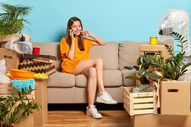 Gelukkige vrouwelijke eigenaar van nieuw appartement