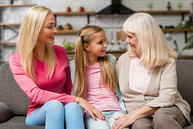 Gelukkige vrouwelijke generatie die op een laag spreekt