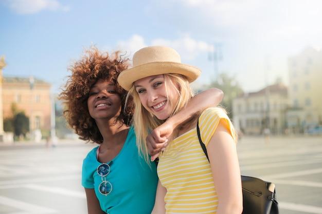 Gelukkige vrouwelijke vrienden in de zomer