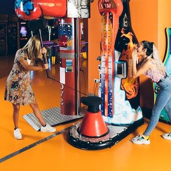 Gelukkige vrouwen die arcadespel spelen