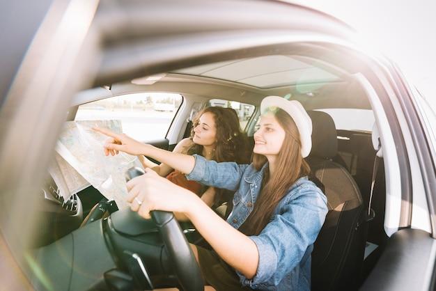 Gelukkige vrouwen die auto drijven