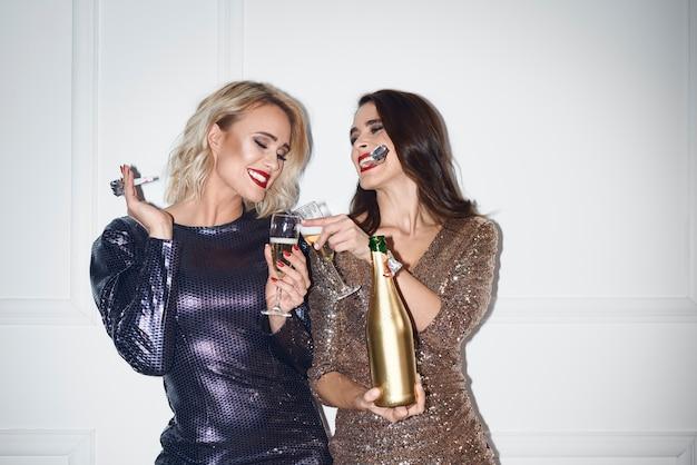 Gelukkige vrouwen die een toost op nieuw jaar maken