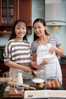 Gelukkige vrouwen die koekjes maken