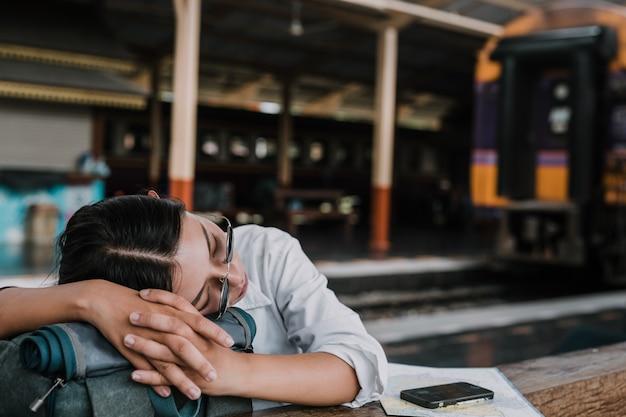 Gelukkige vrouwen die op de trein, vakantie, reisideeën reizen.