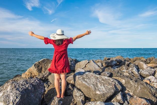 Gelukkige vrouwen die op het tropische meer van de strandberg reizen, het wind fladderende haar. zomer reizen concept