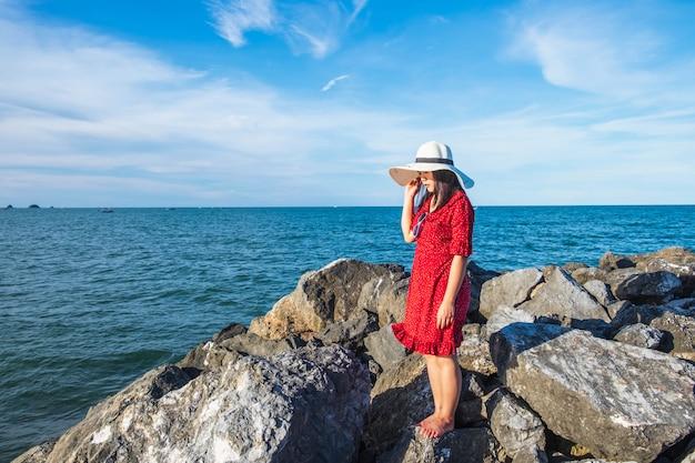 Gelukkige vrouwen die op het tropische tropische meer van de strandberg reizen