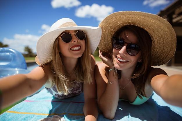 Gelukkige vrouwen die zonnebaden nemen