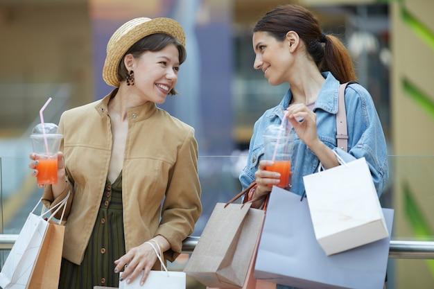Gelukkige vrouwen met aankopen