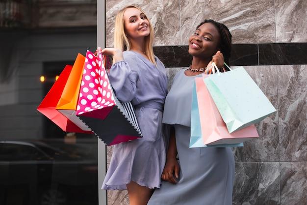 Gelukkige vrouwen met boodschappentassen