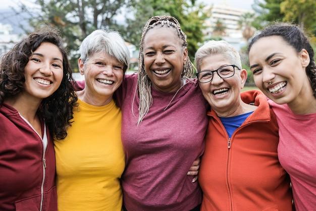 Gelukkige vrouwen met meerdere generaties die samen plezier hebben
