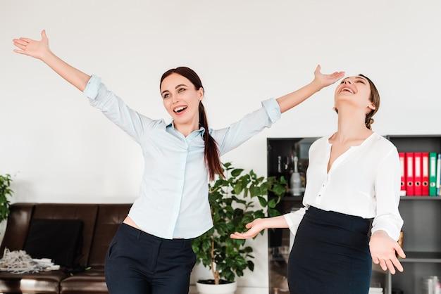 Gelukkige vrouwen op kantoor