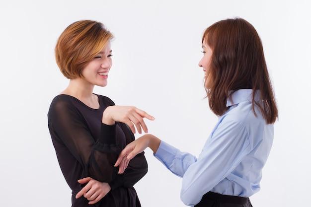 Gelukkige vrouwen praten, chatten, roddelen
