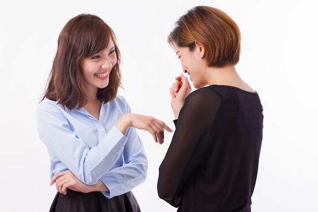 Gelukkige vrouwen praten of chatten