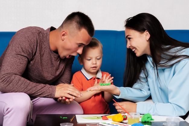 Gelukkige witte familie geniet en speelt thuis