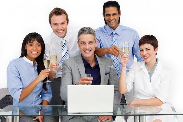 Gelukkige zakelijke team roosteren met champagne