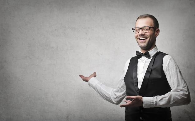 Gelukkige zakenman die een idee voorstelt